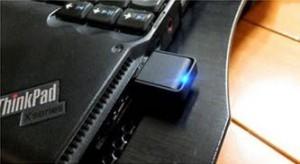 パソコンに取り付けたUSB無線アダプタ